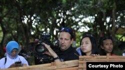 Livi Zheng (ke-2 dari kanan) bersama kru kamera saat syuting di Indonesia (Dok: Livi Zheng)