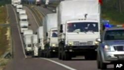 裝載著救援物資的俄羅斯卡車車隊在前往烏克蘭邊境