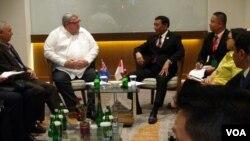 Menlu Selandia Baru Gerry Brownlee (kiri) dan Menkopolhukam Wiranto saat melakukan pertemuan di hotel Four Points Manado, 28 Juli 2017, (foto : Ahadian Utama/VOA)