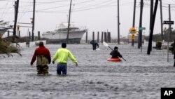 Calles inundadas en Lindenhurst, Nueva York, debido a las marejadas provocadas por Sandy.