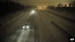 Motorists travel slowly on a snow-covered Interstate 24 during a winter storm in Paducah, Kentucky, December 26, 2012.