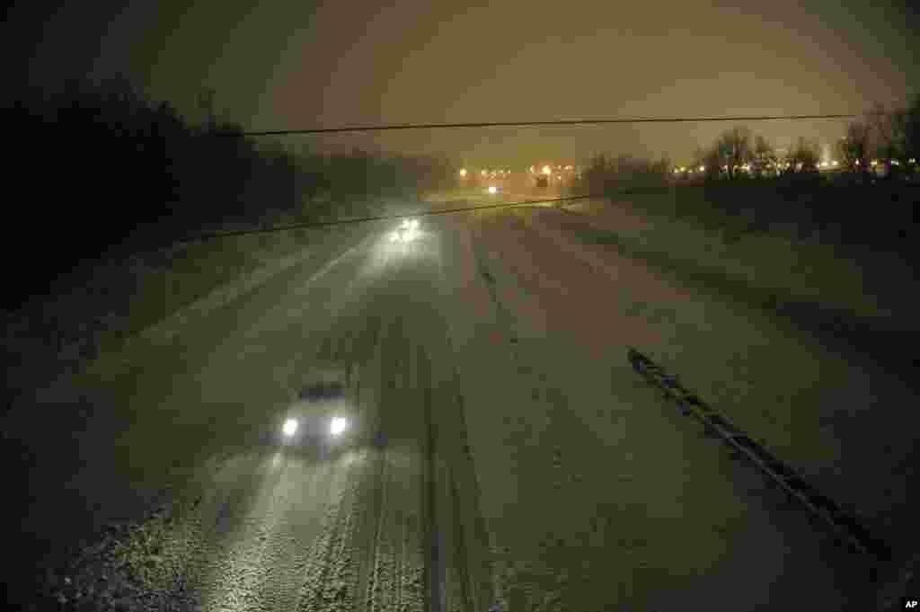 Người lái xe phải chạy thật chậm trên Xa lộ 24 thuộc thành phố Paducah, tiểu bang Kentucky, 26/12/ 2012. (AP Photo/Stephen Lance Dennee)