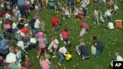 "Children hunt for eggs Saturday, April 8, 1995, in New Berlin, Ill., during the ""World's Largest Easter Egg Hunt"" sponsored by Bank One and the Illinois Department of Children and Family Services. Children hurried around trying to find as many eggs as possible because prizes included a $1,000 U.S. Savings bond, a Bahama cruise and candy. (AP Photo/Judy Spencer)"