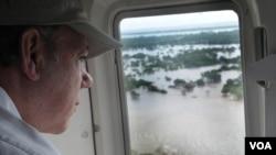 El presidente de Colombia, Juan Manuel Santos, observa la magnitud del desastre de las inundaciones al sobrevolar los municipios más afectados por las lluvias en el departamento Atlántico.
