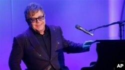 Elton John dalam salah satu pertunjukannya di Los Angeles, Mei 2013. (AP/Invision/Todd Williamson)
