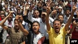 Sinh viên hô khẩu hiệu trong cuộc biểu tình đòi Tổng thống Saleh từ chức, Sana'a, 18/9/2011