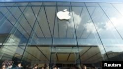 2019年9月20日人们在杭州苹果专卖店外排队等候购买苹果手机新品iPhone 11。