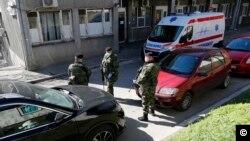 სერბეთის არმია ბელგრადში საავადმყოფოს იცავს