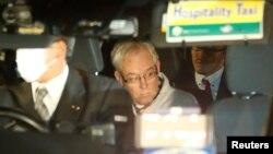 Greg Kelly, mantan wakil pimpinan Nisan, Carlos Ghosn, terlihat memasuki mobil, sesaat setelah dibebaskan dari penjara di Tokyo, Jepang, 25 Desember 2018.
