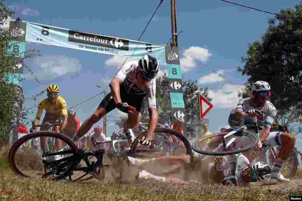 លោក Chris Froome ជនជាតិអង់គ្លេសដែលជាអ្នកជិះកង់ម្នាក់របស់ក្រុម Team Sky ដួលនៅក្នុងការប្រណាំងកង់ Tour de France ដែលមានចម្ងាយ១៥៦,៥គ.ម. ចន្លោះពីក្រុង Arras ដល់ក្រុង Roubaix ប្រទេសបារាំង។