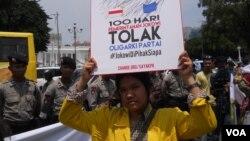 Seorang aktivis mahasiswa berunjuk rasa di depan Istana Merdeka dalam aksi 100 hari Presiden Jokowi, Rabu, 28 Januari 2015 (Foto: VOA/Andylala)