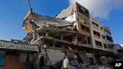 Gazze kentinde İsrail hava saldırısında yıkılan bir bina