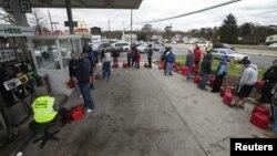 """Những người bị ảnh hưởng do mất điện từ """"siêu bão"""" Sandy đứng chờ 2 giờ đồng hồ trong hàng tại một trạm xăng để mua nhiên liệu cho máy phát điện ở Madison Park, New Jersey, 31/10/2012"""
