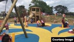Jalur di Keith Park Playground Auckland dicat berwarna kuning supaya memudahkan bagi warga dengan penglihatan terbatas (Courtesy of Ivy Soulisa Ellison).