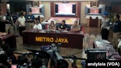 Kapolda Metro Jaya Irjen Pol Tito Karnavian menjelaskan seputar proses penyelidikan peristiwa pengeboman Mal Alam Sutera di Polda Metro Jaya, Jakarta, 29 Oktober 2015 (Foto: VOA/Andylala)