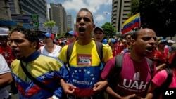 Sinh viên đại học hô khẩu hiệu chống Tổng thống Venezuela Nicolas Maduro trong cuộc biểu tình chống chính phủ ở Caracas, ngày 12/4/2014.