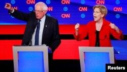 民主黨總統參選人星期二在密西根州的底特律開始了第二輪辯論,對特朗普總統展開了一連串的攻擊。參議員伯尼•桑德斯(左)和伊麗莎白•沃倫(右)。