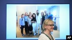 La ministre suédois des Affaires étrangères, Margot Wallstrom, sourit devant une photo de l'otage libéré Johan Gustafsson, au centre, et sa famille à l'aéroport d'Arlanda après son arrivée en Suède, à Stockholm, Suède, 26 juin 2017