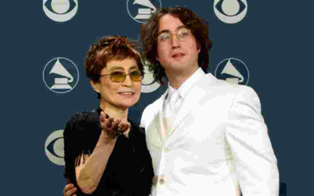 La viuda de John Lennon, Yoko Ono, junto a su hijo, Sean Lennon en los Premios Grammy, en Los Angeles.