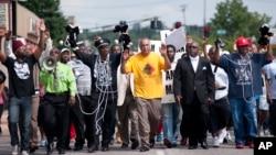 Muchos ciudadanos del suburbio de Ferguson se manifestaron el lunes frente a la sede de la policía por la muerte del adolescente Michael Brown.