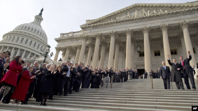 3일 미국 제 113대 연방 의회가 개원한 가운데, 의회 앞에서 기념촬영 중인 의원들.