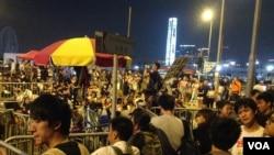 香港部分抗议者拒绝撤离等待清场