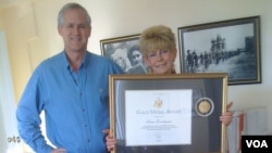 VOA's Moscow Bureau chief, Jim Brooke, presented Irina Donskaya the Gold Medal Award in 2010 for her exemplary contributions to the mission of the Voice of America.