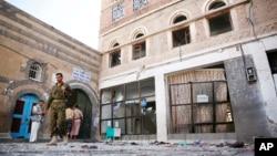 24일 '이드 알 아드하' 행사가 열린 예멘 사나의 이슬람 사원에 두 차례의 연쇄 폭탄 테러가 발생한 가운데, 후티 반군이 테러 현장을 수색하고 있다.