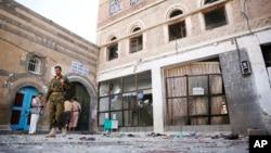 Các chiến binh Houthis kiểm tra hiện trường tại nhà thờ Hồi giáo al-Balili sau hai vụ đánh bom tự sát hôm thứ Năm, 24/9/2015.
