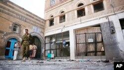 Seorang pejuang Syiah Houthi memeriksa bekas serangan bunuh diri di masjid al-Balili di Sanaa, Yaman hari Kamis (24/9).