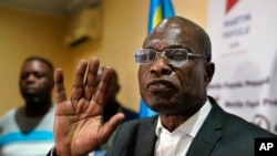 콩고민주공화국 대통령 선거에서 야권 후보로 출마한 마르탱 파율루가 10일 킨샤사의 선거본부에서 기자회견을 하고 있다.