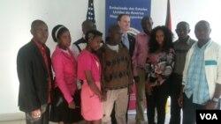 Estudantes africanos refugiados em Moçambique recebem apoio americano
