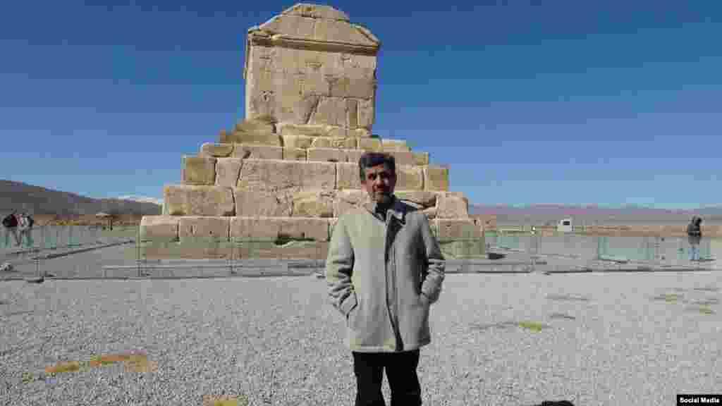 حضور محمود احمدینژاد در کنار آرامگاه کوروش کبیر خبر ساز شده است. شما درباره حضور او در دومین روز دهه فجر در آنجا چه فکر می کنید؟