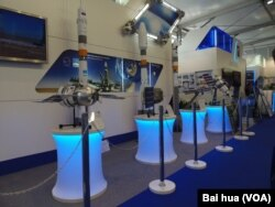 """2013年莫斯科航展中展出的几款""""联盟""""号火箭模型。(美国之音白桦拍摄)"""