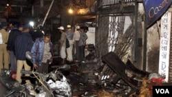 Polisi India memeriksa lokasi ledakan di Zaveri bazaar, pusat kota Mumbai (13/7).