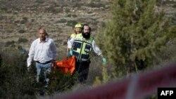 Izraelski spasilački tim sa lešom Amerikanke Kristin Logan, čije je telo pronađeno nadomak Jerusalima, 19. decembar 2010.