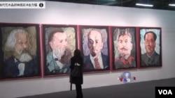 """上海畫家金鋒的""""馬恩列斯毛""""陳列在最近舉行的在紐約軍械庫藝博會上。"""