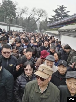 作家老鬼(前排带军帽者)在送葬人群中(2017年3月17日)