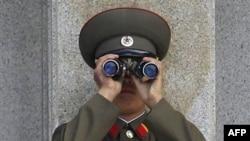 Binh sĩ Bắc Triều Tiên nhìn về hướng Nam từ làng đình chiến Bàn Môn Ðiếm