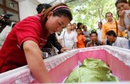 Các thành viên trong gia đình đứng cạnh quan tài của một nạn nhân vụ đánh bom đền Erawan tại một bệnh viện ở Bangkok, ngày 18/8/2015.