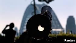 Gerhana matahari dilihat dari teleskop di atas Observatorium Sydney (10/5). (Reuters/David Gray)