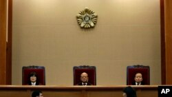 2015年2月26日韩国首尔: 宪法法院院长,首席法官朴翰哲(中)与其他法官