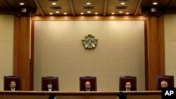 Chánh thẩm Park Han Chul (giữa) nói 'Cho dù ngoại tình nên bị chê trách là vô đạo đức, nhà nước không nên can thiệp vào đời sống riêng tư của cá nhân'.