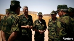Le commandant Sidi Waghal et les officiers de la base militaire de Tifariti, au Sahara occidental, le 9 septembre 2016.