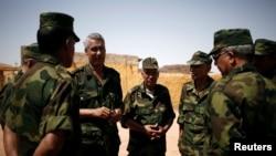 Le commandant Sidi Waghal parle avec ses officiers près de Tifariti, dans l'ouest du Sahara, le 9 septembre 2016.