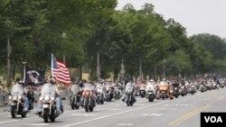 "Ribuan pengendara motor besar dari kelompok ""Rolling Thunder"" di seluruh AS berkendara ke Washington."