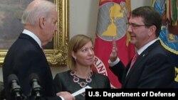 17일 조 바이든 미국 부통령(왼쪽) 앞에서 애슈턴 카터 신임 국방장관이 취임식 선서를 하고 있다.