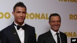 """Jorge Mendes, """"super-agent"""" de footballeurs, à droite, et son joueur Cristiano Ronaldo à Londres, 9 novembre 2015."""