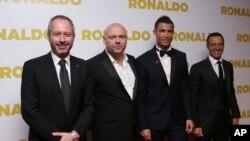 De gauche à droite, Anthony Wonke, Paul Martin, Cristiano Ronaldo et Jorge Mendes, Londres, le 9 novembre 2015