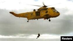 Un helicótero Sea King similar a este de la marina británica, fue utilizado por la marina peruana para rescatar a dos pilotos accidentados frente a las costas de el Callao.